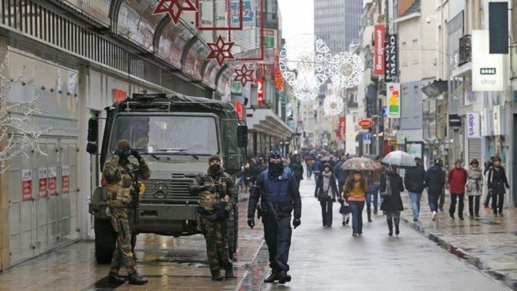 (Des véhicules blindés dans le centre de Bruxelles  samedi 21 novembre © REUTERS/Youssef Boudlal)