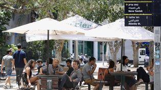 Des Israéliens sont assis à une terrasse de café, à Tel Aviv, en Israël, le 27 mai 2020. (JACK GUEZ / AFP)