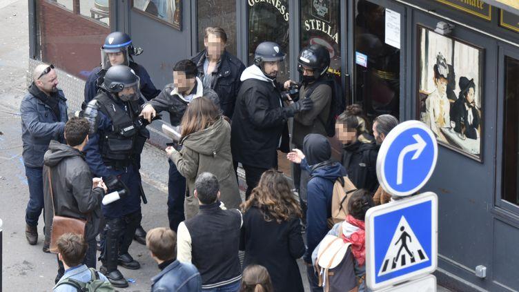 Alexandre Benalla, photographié à Paris lors des manifestations du 1er-Mai, avec un casque de la police. Sur d'autres clichés, on le voit avec un brassard de police. (NAGUIB-MICHEL SIDHOM / AFP)