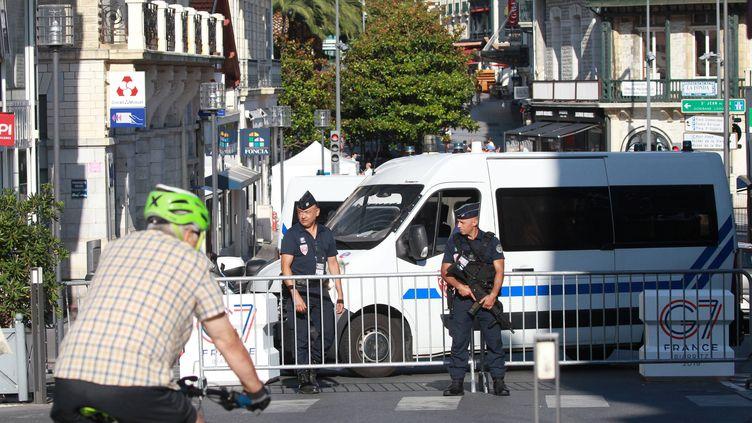 Des policiers barrent une rue du centre de Biarritz, pendant le sommet du G7, le 23 août 2019. (MAXPPP)