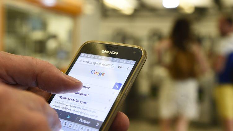 Un téléphone portable dans le métro parisien, le 25 août 2016. (Photo d'illustration) (BERTRAND GUAY / AFP)