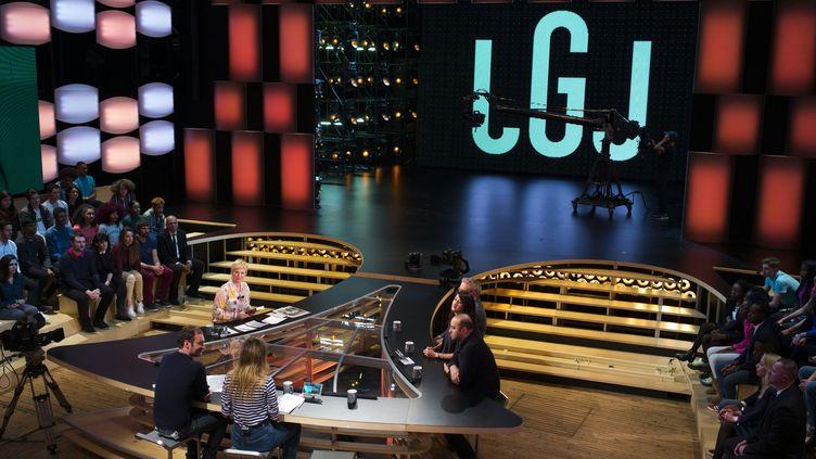 """Le plateau de l'émission """"Le Grand Journal"""" de Canal +, à Boulogne-Billancourt (Hauts-de-Seine), le 13 février 2017. (MARTIN BUREAU / AFP)"""