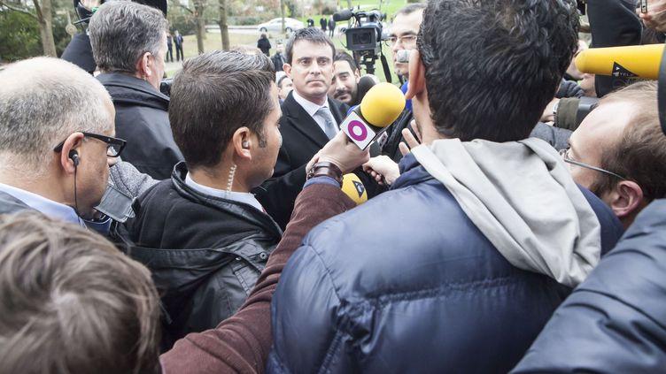 Manuel Valls pris a parti par un habitant du Blosne sur la question de l'interdiction des spectacles de l'humoriste Dieudonné- Blosne à Rennes, 09/01/2014 (LEPAGE FRANCOIS / SIPA)