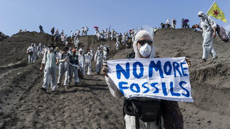 Des militants écologistes manifestent contre les énergies fossiles, le 13 mai 2016 dans une mine à charbon de Spremberg (Allemagne). (MARKUS HEINE / NURPHOTO / AFP)