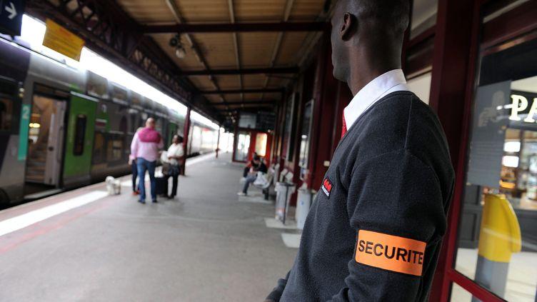 Un agent de sécurité à la gare SNCF de Saint-Étienne-Châteaucreux (Loire), le 9 mai 2013 (photo d'illustration). (CLAUDE ESSERTEL / MAXPPP)