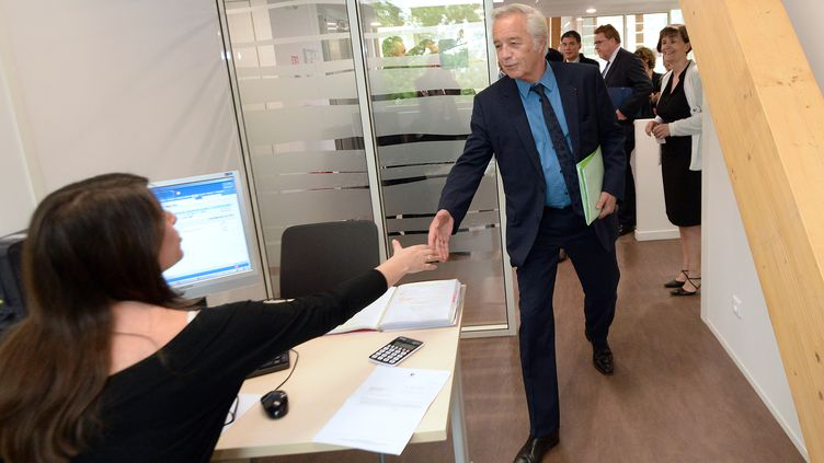 Le ministre du Travail, François Rebsamen, en visite dans une agence Pôle emploi à Savigny-le-Temple (Seine-et-Marne), le 26 mai 2014. (PIERRE ANDRIEU / AFP)
