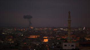 Des frappes israéliennes sur des bâtiments de la bande de Gaza, le 20 mai 2021. (MOHAMMED ABED / AFP)