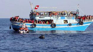 Un bateau rempli de migrants, le 23 août 2015 au large de l'Italie. (GUARDIA COSTIERA / AFP)