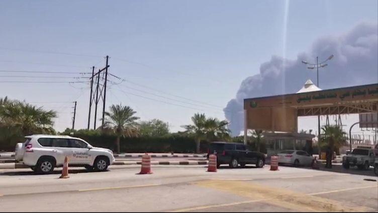 Un panache de fumée s'échappant d'une installation pétrolière à Abqaiq en Arabie saoudite, après une attaque de drones, le 14 septembre 2019. (AFP)