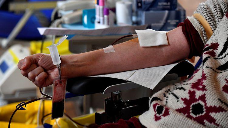 Un citoyenfait un don de sang à Toulouse, le 21 janvier 2021 (illustration). (GEORGES GOBET / AFP)