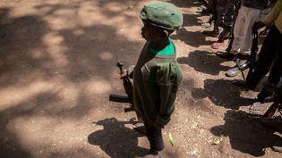 Un enfant soldat au Sud Soudan le 7 février 2018. (STEFANIE GLINSKI / AFP)