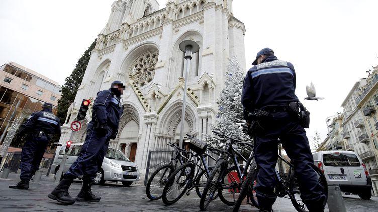 Des policiers devant la basilique Notre-Dame de Nice, le 20 décembre 2016. (FRANCK FERNANDES / MAXPPP)