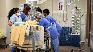 Des soignants s'occupent d'un patient atteint de Covid-19 dans le service de soins intensifs de l'hôpital Avicenne, à Bobigny (Seine-Saint-Denis), le 8 février 2021. (BERTRAND GUAY / AFP)