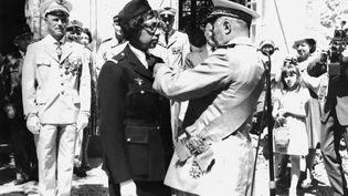 Joséphine Baker reçoit la Légion d'Honneur et la Croix de guerre avec palme des mains du Général Martial Valin, commandant en chef de l'Armée de l'Air de la France Libre de 1941 à 1944, le 19 août 1961. (- / AFP)