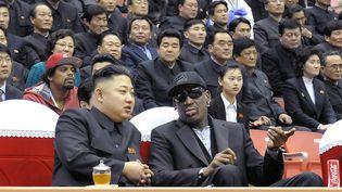 Le leader nord-coréen, Kim Jong-un (G) et l'ancienne star de la NBA, Dennis Rodman, assistent à un match de basket à Pyongyang (Corée du Nord), le 28 février 2013. (KCNA / AFP)