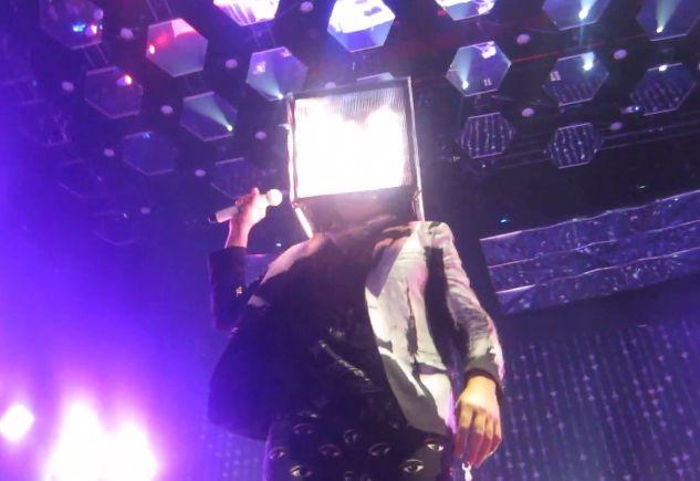 Win Butler de Arcade Fire coiffé d'un cube digital le 8 mars 2014 à Minneapolis  (trevgreg / Youtube / Saisie écran)