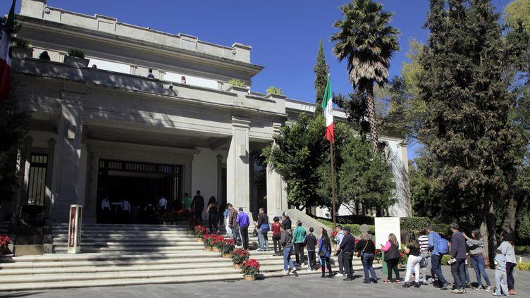 Des Mexicains viennent visiter Los Pinos, en décembre 2018. (CLAUDIO CRUZ / AFP)