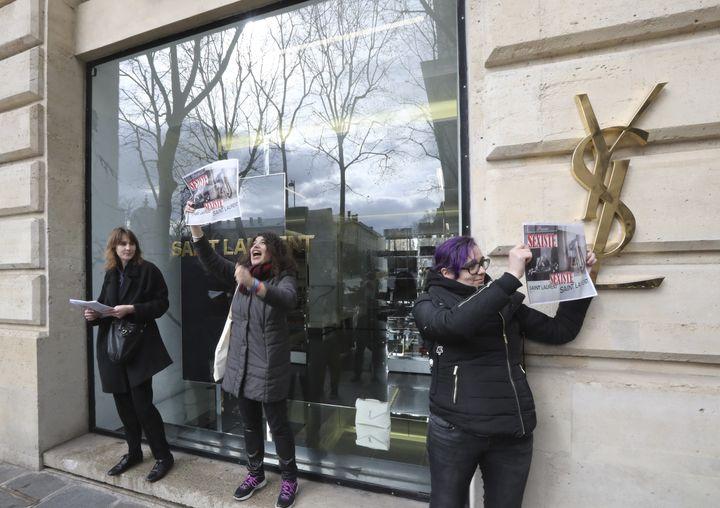 Des activistes manifestent devant un magasin Yves Saint-Laurent à Paris le 7 mars 2017. (JACQUES DEMARTHON / AFP)