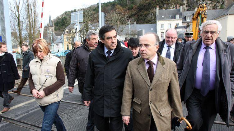 François Fillon, alors Premier ministre, et Bernard Cazeneuve, qui était député et maire de Cherbourg, le 6 décembre 2010, dans la Manche. (KENZO TRIBOUILLARD / AFP)