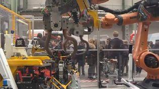 Des robots d'usine exposés pour l'exposition Usine extraordinaire, au Grand Palais, à Paris. (FRANCE 3)