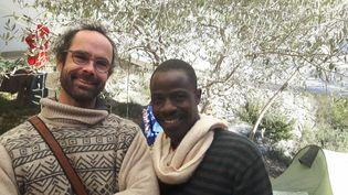 Cédric Herrou, agriculteur dans les Alpes-Maritimes, est poursuivi pour avoir accueilli chez lui plus de 200 migrants, dont Hassan, un jeune Tchadien (RADIO FRANCE / GAËLE JOLY)
