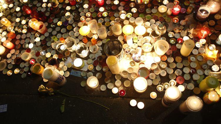 Des bougies devant le Bataclan, pour rendre hommage aux victimes le 15 novembre 2015. (OLIVIER CORSAN / MAXPPP)