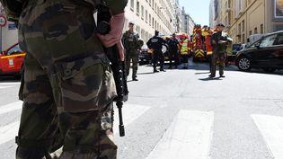 Des soldats, des policiers et des pompiers à Marseille, après l'interpellation de deux hommes suspectés de préparer un attentat pendant la présidentielle, le 18 avril 2017.  (BORIS HORVAT / AFP)