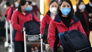 Des membres d'une équipe médicale partent de l'aéroport de Yinchuan (nord-ouest de la Chine) pour rejoindre la région de Wuhan, foyer de l'épidémie, le 28 janvier 2020. (WANG PENG / XINHUA / AFP)