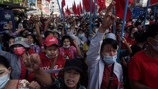 Des manifestants défilent à Rangoun, en Birmanie, le 8 février 2021, contre le coup d'Etat militaire qui a renverséAung San Suu Kyi. (AFP)