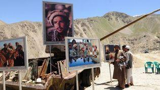 Exposition des photos de Reza Deghati dans la vallée du Panjshir en Afghanistan, en 2009.  (MASSOUD HOSSAINI / AFP)