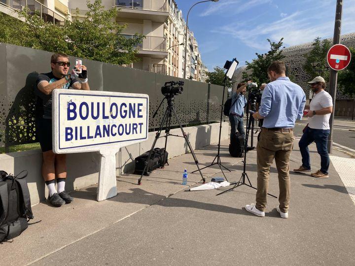 Aux abords du Parc des Princes, le moindre de bout de trottoir libre a été transformé en plateau de duplex par les dizaines de chaînes de TV présentes. (Adrien Hémard)