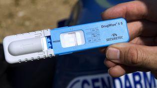 Un test salivaire de depistage de drogue réalisé par des gendarmes. Photo d'illustration. (GUILLAUME BONNEFONT / MAXPPP)