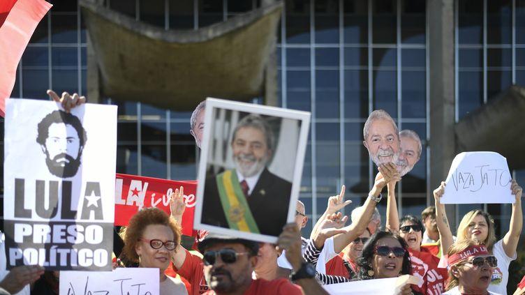 Des partisans de Lula manifestent devant le ministère de la Justice à Brasilia, le 10 juin 2019. (MATEUS BONOMI / AGIF / AFP)