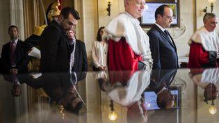 François Hollande en compagnie du premier président de la Cour de cassation, Bertrand Louvel (au centre), le 16 juillet 2014 à Paris. (MARTIN BUREAU / AFP)