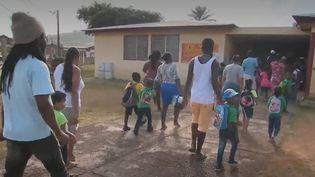 L'école obligatoire dès l'âge de 3 ans, nouveauté de la rentrée 2019, estdifficile à appliquer en Guyane, où les écoles saturent. Elles n'ont eu d'autre choix que de refuser les dossiers de 1500 enfants qui auraient dû faire leur rentrée en première section de maternelle. (FRANCE 2)
