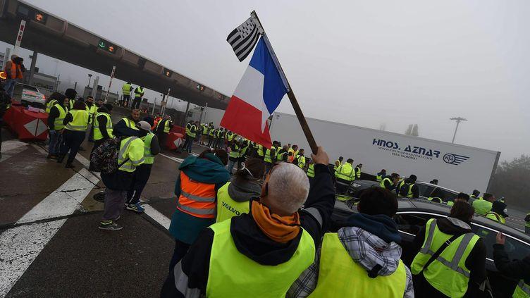 """En débutde matinée samedi 24 novembre, des """"gilets jaunes"""" étaientprésents à la barrière de péage de l'autoroute A7 à Reventin (Isere). (HERVE COSTE / MAXPPP)"""