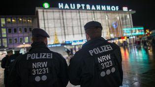 Des policiers allemands patrouillentdevant la gare centrale de Cologne (Allemagne), le 6 janvier 2016, après les dizaines d'agressions sexuelles commises durant la nuit du Nouvel An. (MAJA HITIJ / DPA)