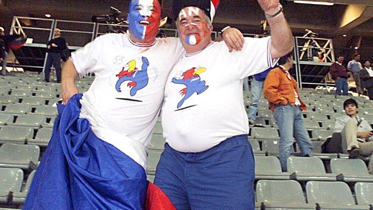 Deux supporters de l'équipe de France posent après la victoire de la France contre la Croatie, en demi-finale du Mondial 1998, à Saint-Denis, le 8 juillet 1998. (GERARD JULIEN / AFP)