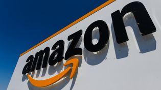 Le logo Amazon à l'entrée de l'entrepôt d'Amiens (Somme), le 23 juillet 2019. (DENIS CHARLET / AFP)
