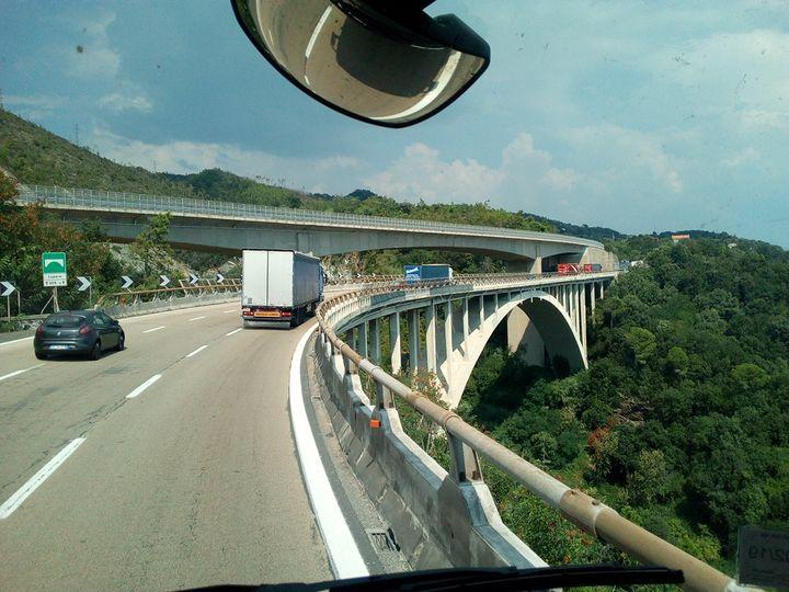 """Un pont au détour de la """"route de la mort"""" qui lui non plus n'inspire pas confiance aux routiers (Evan Lebastard / RADIO FRANCE)"""