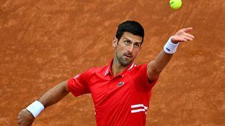 Novak Djokovic devra revenir ce samedi pour disputer son quart de finale face à Tsitsipas. (ANDREAS SOLARO / AFP)