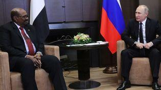 Le président russe, Vladimir Poutine, en train de discuter avec le président du Soudan, Omar al-Béchir, le 23 novembre 2017 à Sotchi, sur les bords de la mer Noire en Russie. (Mikhail Klimentyev/AP/SIPA)
