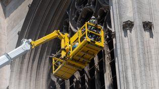 Des ouvriers travaillent sur la façade de la cathédrale de Nantes, le 18 juillet 2020. (ESTELLE RUIZ / NURPHOTO / AFP)