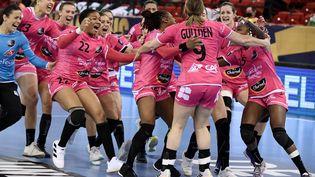 La joie des joueuses brestoises après avoir battu Gyor en demi-finale de Ligue des Champions. (ATTILA KISBENEDEK / AFP)