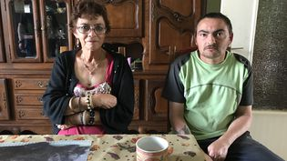 Chantal Hollard et son fils, Francis, àLaveline-devant-Bruyères (Vosges), le 16 juin 2017. (ROBIN PRUDENT / FRANCEINFO)