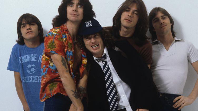 Le groupe de hard-rock australien AC/DC, le 1er août 1979 à Londres (G-B). De gauche à droite :Malcolm Young, Bon Scott, Angus Young, Cliff Williams et Phil Rudd. (FIN COSTELLO / REDFERNS / GETTY IMAGES)