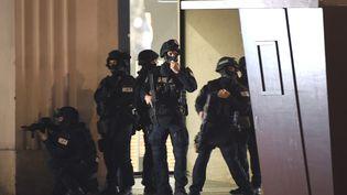 Des policiers déployés après des coups de feu dans le centre de Vienne (Autriche), le 2 novembre 2020. (ROLAND SCHLAGER / APA / AFP)