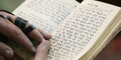 Lecture d'un texte juif dans la sybnagogue Yousefabad à Téhéran le 23-11-2006. (Reuters - Raheb Homavandi)