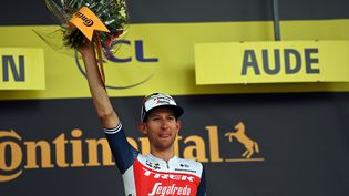 Bauke Mollema (Trek-Segafredo) sur le podium après sa victoire sur la 14e étape du Tour de France, à Quillan, samedi 10 juillet. (PETE GODING / BELGA MAG / AFP)