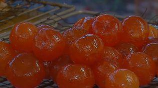 Les fruits confits font aussi partie des festivités de Noël. Une spécialité française dont les artisans se font de plus en plus rares. (FRANCE 3)